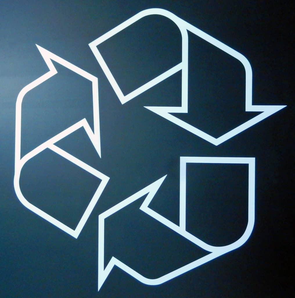 Simbolo del riciclo: tre frecce che si srotolano ciascuna rimandando all'altra.