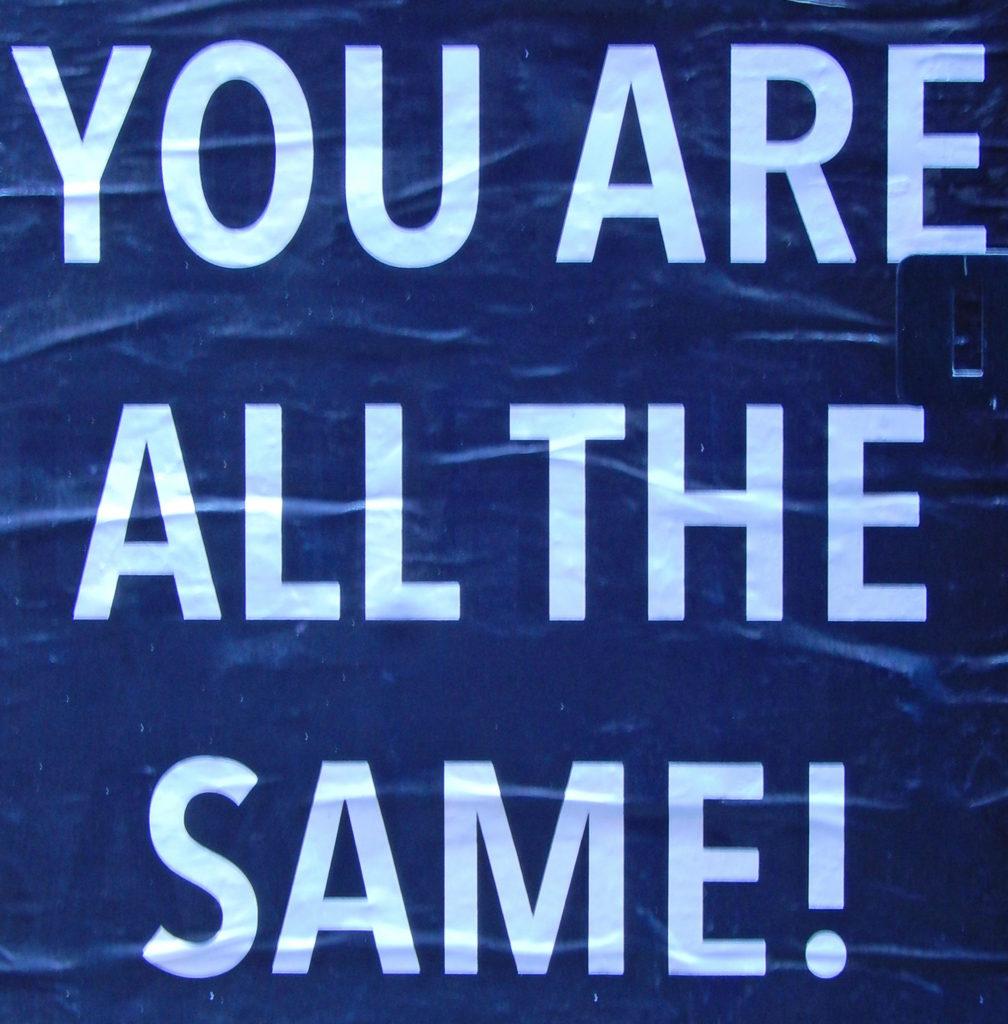 Cambiare: manifesto murale con la scritta bianca su fondo blu: Sei sempre lo stesso.