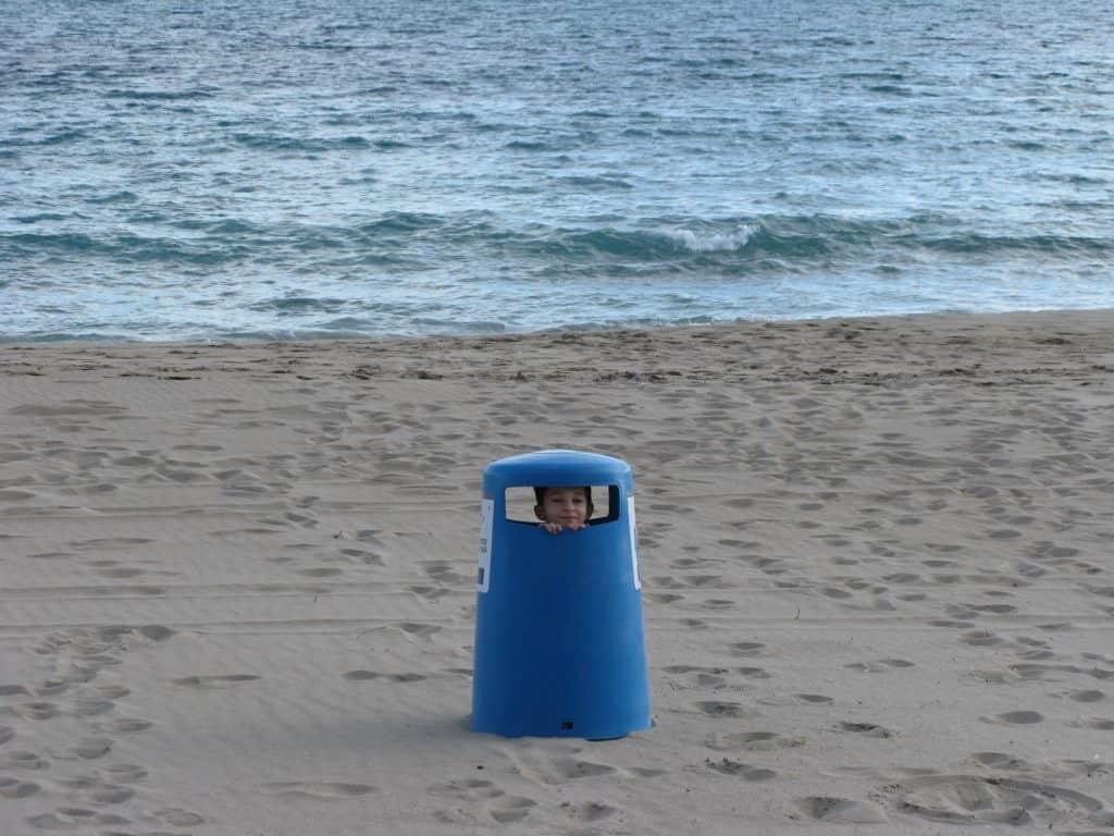 Accampare scuse: un modo un po' infantile di nascondersi, come questo bambino dentro un bidoncino dei rifiuti che guarda fuori dall'imboccatura.