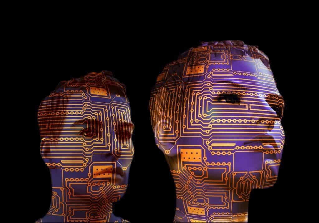 Due teste, donna e uomo, su cui sono impressi dei circuiti di computer.