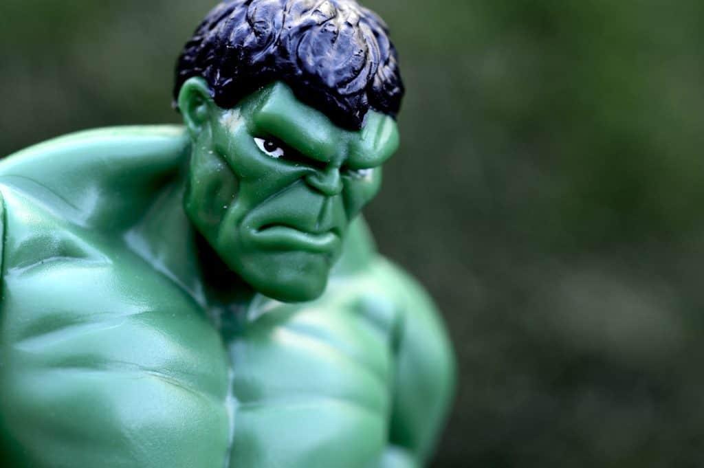 Testa quadrata con espressione minacciosa e torace mucoloso di un pupazzo di gomma con le sembianza dell'incredibile Hulk