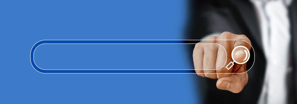 Il dito indica che clicca sul simbolo di ricerca su Google. Foto costruita in modo da mostrare il dito frontalmente
