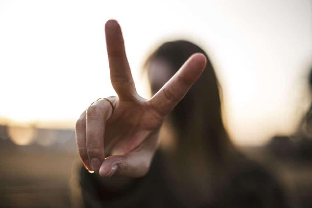 Il dito indice e il medio che indicano la V di vittoria