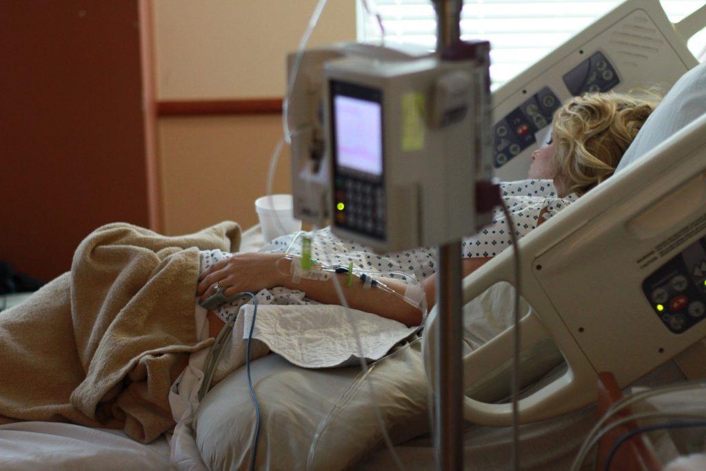 Donna in un letto d'ospedale.