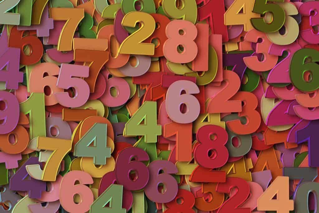 Numeri colorati disposti alla rinfusa su un piano.